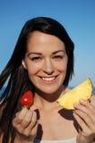 Mujer atractiva que come la fruta Fotografía de archivo