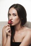Mujer atractiva que come las frutas Fotos de archivo