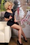 Mujer atractiva que come vino rojo Fotos de archivo libres de regalías