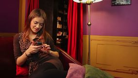 Mujer atractiva que comprueba el facebook, ligando en línea, relajación almacen de video