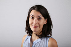 Mujer atractiva que da vuelta y que sonríe Fotos de archivo libres de regalías
