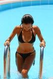 Mujer atractiva que deja la piscina Fotografía de archivo libre de regalías