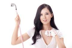 Mujer atractiva que detiene a los clubs de golf Fotos de archivo