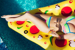 Mujer atractiva que disfruta de las bebidas en la piscina, 20s fotografía de archivo