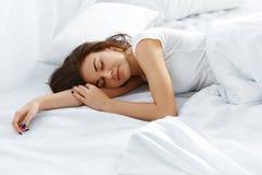 Mujer atractiva que duerme en dormitorio imagen de archivo libre de regalías