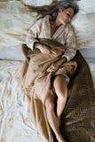 Mujer atractiva que duerme solamente en cama Cubierto parcialmente con l desnudo fotografía de archivo