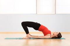 Mujer atractiva que ejercita en clase de aeróbicos Foto de archivo