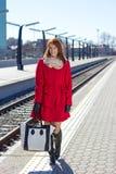 Mujer atractiva que espera un tren en la estación Fotografía de archivo