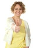 Mujer atractiva que gesticula thumbs-up Fotos de archivo
