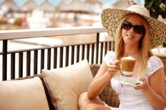 Mujer atractiva que goza del café en vacaciones Fotografía de archivo libre de regalías