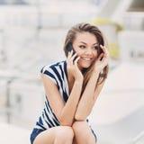 Mujer atractiva que habla en el teléfono Fotografía de archivo libre de regalías