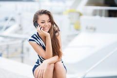 Mujer atractiva que habla en el teléfono Fotos de archivo libres de regalías