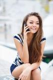 Mujer atractiva que habla en el teléfono Foto de archivo