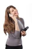 Mujer atractiva que habla en su teléfono celular Foto de archivo libre de regalías