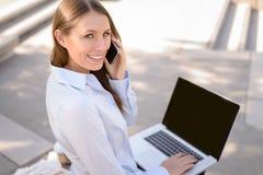 Mujer atractiva que habla en un teléfono móvil Imagen de archivo