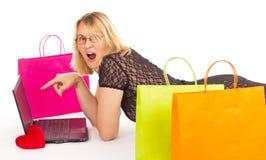 Mujer atractiva que hace compras sobre el Internet Fotografía de archivo libre de regalías