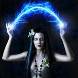 Mujer atractiva que hace magia Imagen de archivo