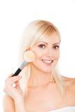 Mujer atractiva que hace maquillaje en cara Imágenes de archivo libres de regalías