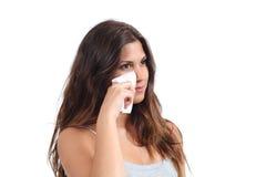 Mujer atractiva que limpia su cara con un trapo del bebé Fotografía de archivo