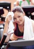 Mujer atractiva que limpia su cara después de ejercicios Imagen de archivo