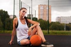 Mujer atractiva que lleva a cabo baloncesto disponible Foto de archivo libre de regalías
