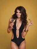 Mujer atractiva que lleva a cabo la bebida de martini Imagen de archivo