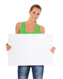 Mujer atractiva que lleva a cabo la muestra en blanco Imagenes de archivo