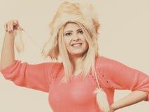 Mujer atractiva que lleva el sombrero peludo del invierno Foto de archivo libre de regalías