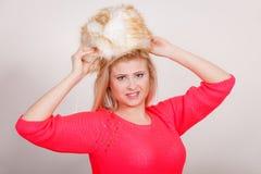 Mujer atractiva que lleva el sombrero peludo del invierno Fotografía de archivo libre de regalías