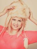 Mujer atractiva que lleva el sombrero peludo del invierno Fotos de archivo libres de regalías