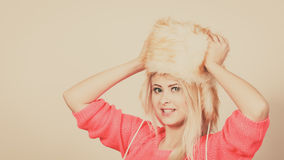 Mujer atractiva que lleva el sombrero peludo del invierno Imagen de archivo