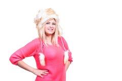 Mujer atractiva que lleva el sombrero peludo del invierno Imagen de archivo libre de regalías