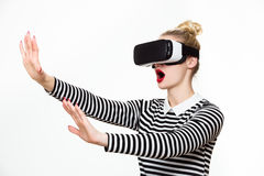 Mujer atractiva que lleva gafas de la realidad virtual Auriculares de VR Fotografía de archivo