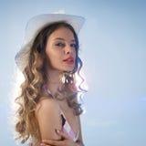 Mujer atractiva que lleva un sombrero del sol Fotos de archivo