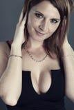 Mujer atractiva que lleva un vestido sexy Fotos de archivo