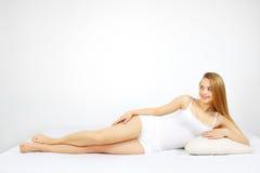 Mujer atractiva que miente en la cama Fotografía de archivo libre de regalías