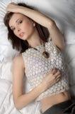 Mujer atractiva que miente en una cama Foto de archivo libre de regalías