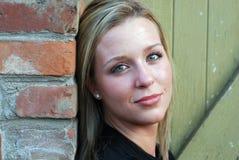 Mujer atractiva que mira a la cara - horizontal Fotos de archivo