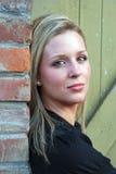 Mujer atractiva que mira a la cara - vertical Fotos de archivo libres de regalías
