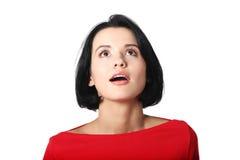 Mujer atractiva que mira para arriba Imagen de archivo