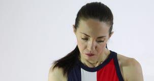 Mujer atractiva que muestra las emociones - humildad, vergüenza y sensación culpables