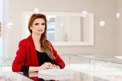 Mujer atractiva que muestra una colección de anillos de bodas Imágenes de archivo libres de regalías