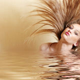Mujer atractiva que mueve de un tirón el pelo Fotografía de archivo libre de regalías