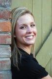 Mujer atractiva que parece Cara-Vertical, sonriendo Fotografía de archivo