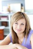Mujer atractiva que piensa en la cocina imagenes de archivo