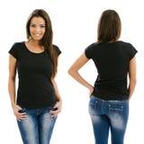 Mujer atractiva que presenta con la camisa negra en blanco Fotos de archivo