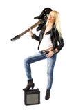 Mujer atractiva que presenta con la guitarra eléctrica negra Fotos de archivo libres de regalías