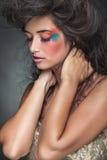 Mujer atractiva que presenta con sus ojos cerrados Fotografía de archivo libre de regalías
