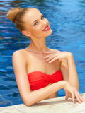 Mujer atractiva que presenta en la piscina Imagen de archivo