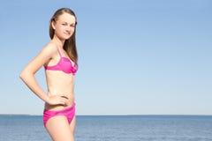 Mujer atractiva que presenta en la playa Foto de archivo